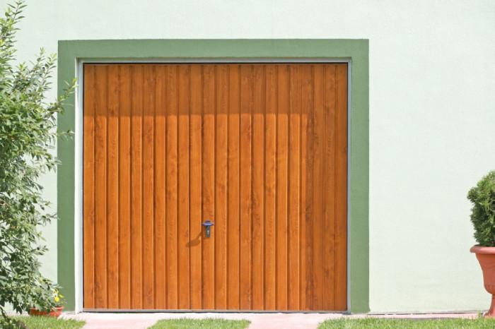 Výklopná vrata v odstínu zlatý dub.