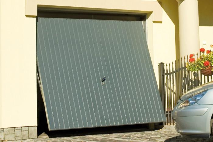 Výklopná vrata ve standardním světle šedém odstínu.