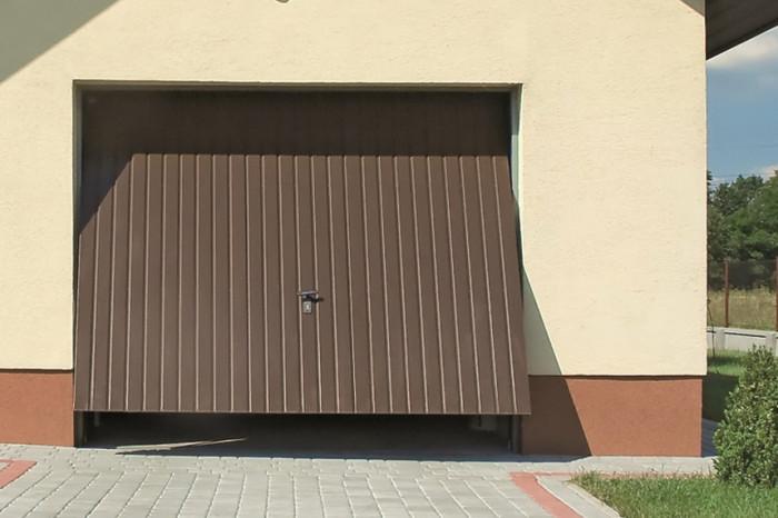 Výklopná vrata jsou vhodná do samostatně stojících garáží.