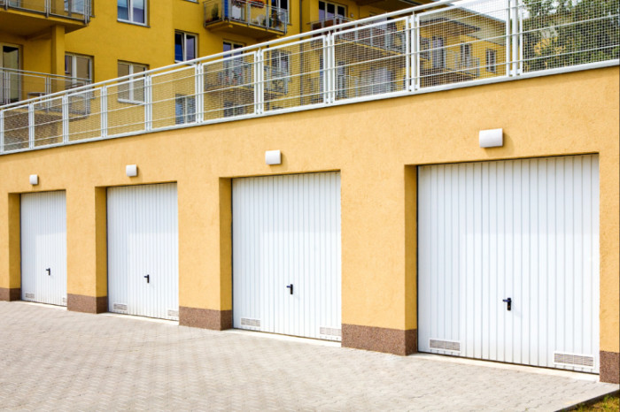 Často naleznou uplatnění výklopná vrata v radových garážích .
