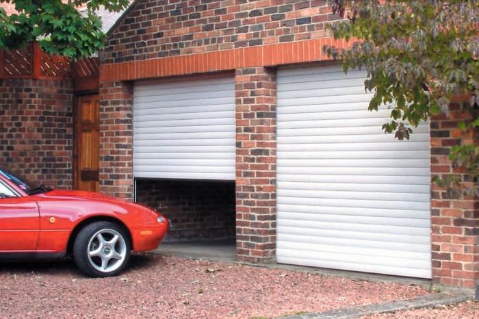 Dvoje rolovací vrata jsou někdy praktičtější než jedny veliké vrata pro dvě stání.
