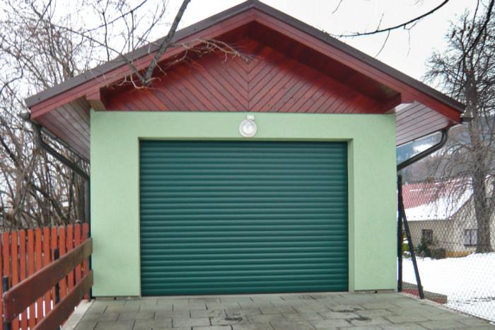 Rolovací vrata ve standardním zeleném odstínu.