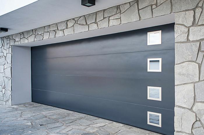 Sekční vrata s dekorativním prosklením.