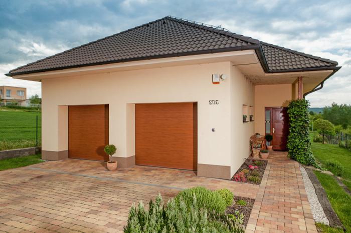 Dvoje sekční vrata jsou někdy praktičtější než jedny vrata pro dvě stání.