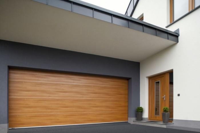 Sekční vrata jsou barevně sladěna s vchodovými dveřmi.