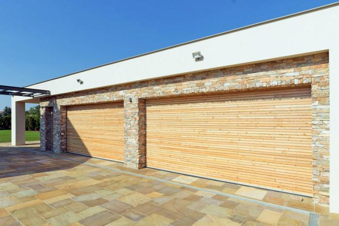 Sekční vrata s potiskem duraprint imitující povrch dřevěných latí