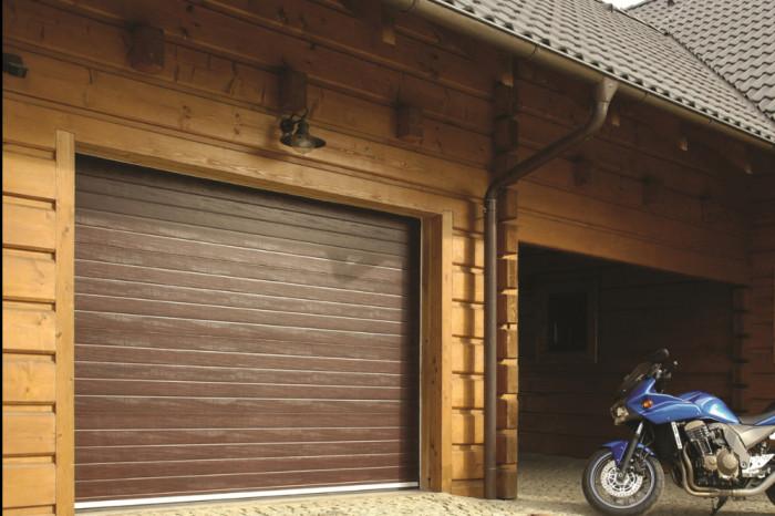 Máme zkušenosti s montáží sekčních vrat do roubených a srubových staveb.